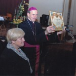Šv.entojo Tėvo palaiminimas įteikiamas draugijos pirmininkei Janinai Klungevičienei