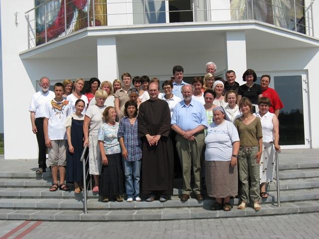 2010 m. rekolekcijų Guronyse dalyviai po šv. Mišių