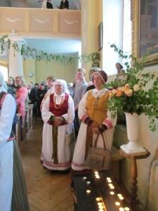 Kaimyninės parapijos moterys pasipuošė tautiniu rūbu