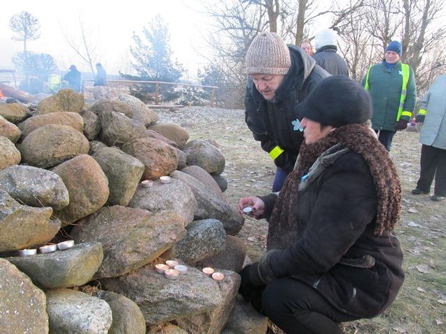 Dalė Jasiūnienė ir Augustina Burneikienė dega atminimo žvakutes keturiolikai padėjusių galvas ant Laisvės aukuro