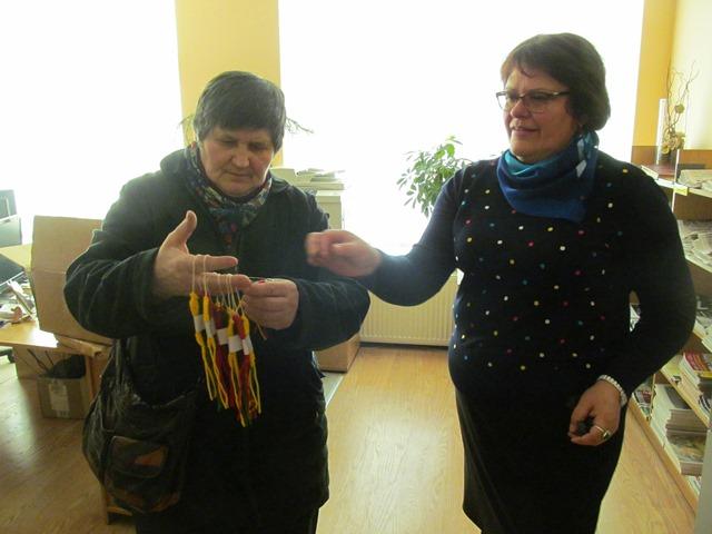 Reibinietė Onutė Kalnienė ir bibliotekininkė Jolanta Jatulienė džiaugiasi Žydronės Danasienės išmone gaminant atšvaitus.