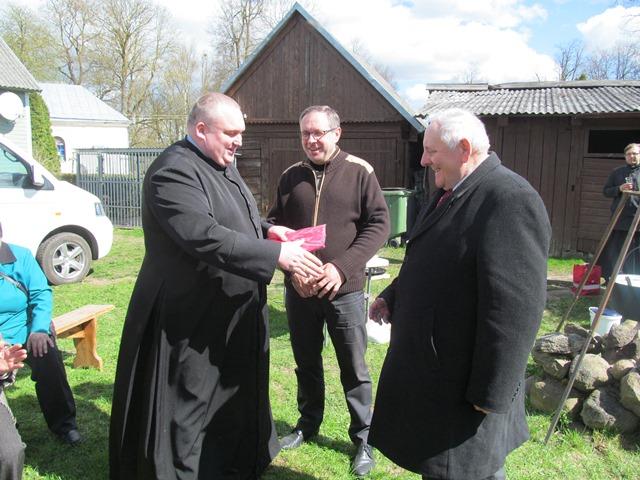 Parapijos klebonas kunigas Andrius Trakšelis sveikina parapijos Jurgį