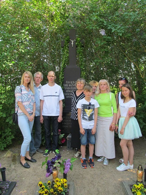 Prie fundatoriaus Ignaco Jurevičiaus amžino poilsio vietos jo anūkai su šeimomis