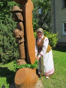 Stanislava Mundrienė vadovaujanti moterų ūkininkių Maldenių skyriui kasmet nepamiršta vainiku apjuosti ir koplytstulpio skirto Šv. Izidoriui.