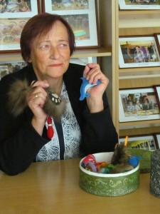 Dalė Jasiūnienė prigamino žaisliukų - atšvaitų, kuriuos moteris išdovanojo jų neturintiems