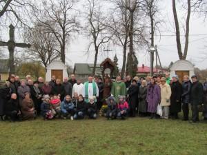 Atlaidų dalyviai kartu su svečiais prie tik ką pašventinto Rūpintojėlio