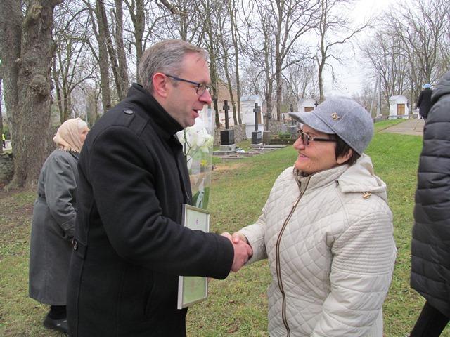 Marijų Macį sveikina tautodailininkė Virginija Kutkienė.