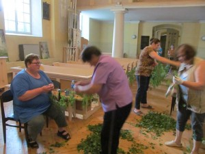 Parapijiečiai puošia bažnyčią.