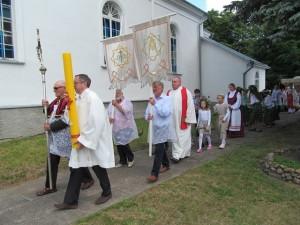 Sekminių eisena aplink bažnyčią