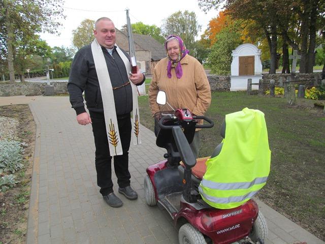Adolfina Vaitiekūnienė paprašė parapijos klebono kunigo Andriaus Trakšelio pašventinti jos skuterį
