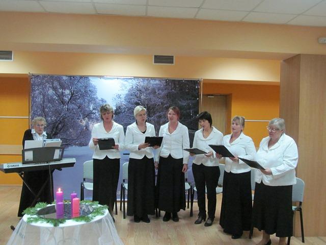Moterų ansamblis dovanojo giesmių puokštę