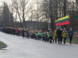 Gimnazijos bendruomenės eisena prie istorinių klevų augančių Budraičių kaime